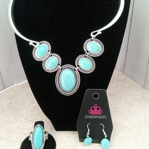 Blue necklace with earrings and elastic ring.